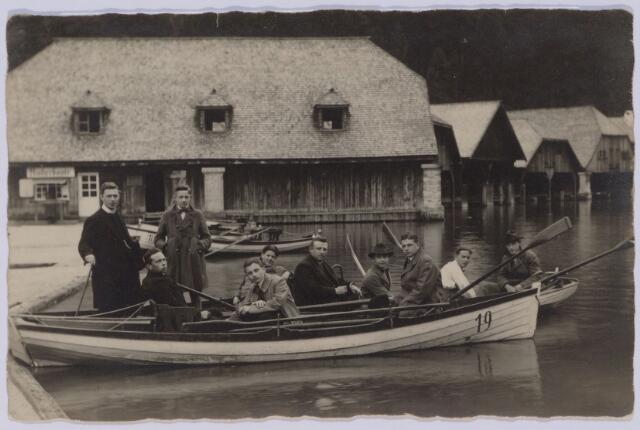049095 - Boottochtje. Op de foto staan de Tilburgers Kees Swagemakers (derde van rechts), Bernard de Beer (staande tweede van links), Bernard Janssens (zittend tweede van links) en recht achter hem zittend Jan de Beer.