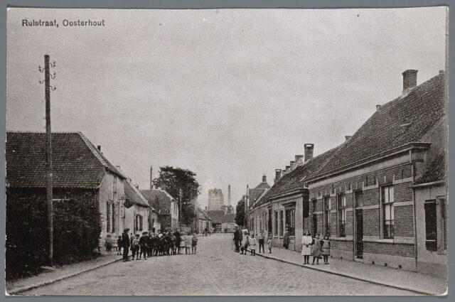 102728 - Rulstraat. Gezien de elektriciteitsmasten moet de foto gemaakt zijn na 1919; links op de foto het cafe v.d. Heijlant, die ook de ernaast gelegen boerderij bezat; het pand heeft nog steeds een horeca bestemming; cafe Ponderosa; in het pand aan de overkant is nu Lichrdrukkerij v.d. Klundert gevestigd; daarvoor was het een zuivelzaak van Stadhouders
