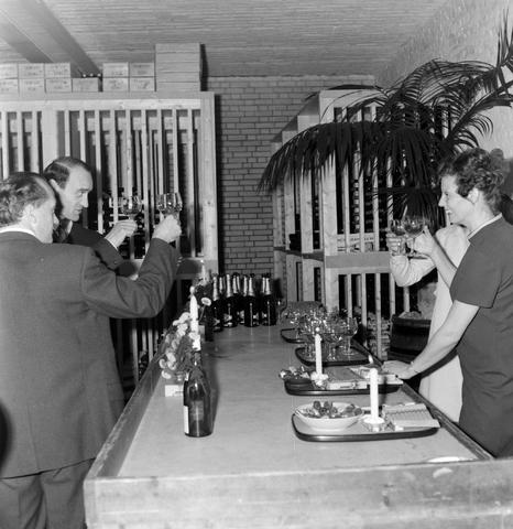 1237_012_1019_007 - Wijn . Wijnhandel. Opening Wijnhandel van Bilsen 1967. Inwijden.