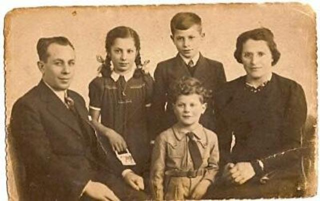 604370 - Tweede Wereldoorlog. Oorlogsslachtoffers. Familiefoto van het gezin Chaim Mordka Czapnik,  omgekomen  in Auschwitz.