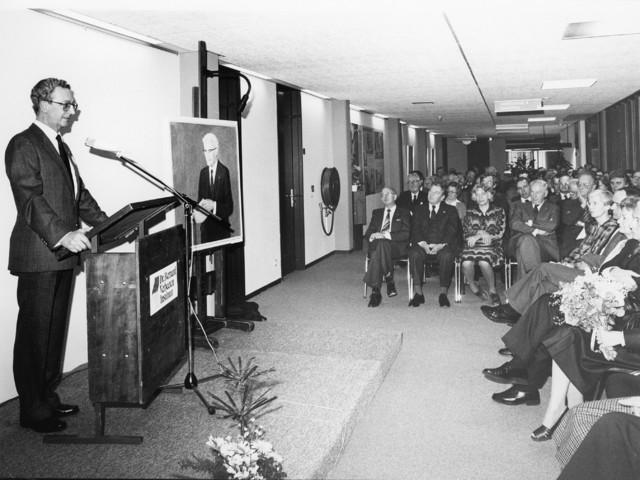 """1238_F0016 - Opening Instituut Verbeeten In 1953 werd het instituut opgericht als """"Radiotherapeutisch Instituut Tilburg"""". Na de verhuizing in 1981 naar de Brugstraat (naast het TweeSteden ziekenhuis), werd het genoemd naar de eerste geneesheer-directeur, Dr. Bernard G. J. M. Verbeeten als """"Dr. Bernard Verbeeten Instituut"""". Sinds 2009 voert het instituut de naam: Instituut Verbeeten."""