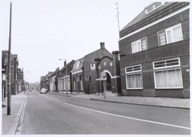 019323 - Goirkestraat bezien vanuit het Wilhelminapark. In het pand bij het verkeersbord is pianohandel Jos Simons gevestigd