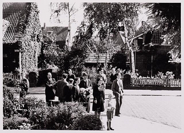 013133 - WO2 ; WOII ; Tweede Wereldoorlog. Market Garden. Bewoners van de Lovensezijstraat (thans Hyacinthstraat) kijken naar overvliegende geallieerde gevechtsvliegtuigen die onderweg zijn naar Arnhem en Nijmegen