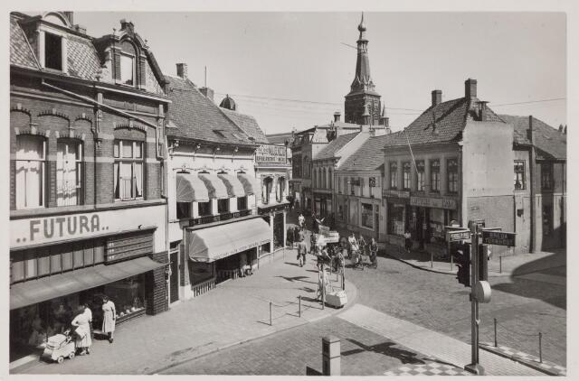 045339 - Rechts de Heuvelstraat. Vroeger ging de Heuvelstraat op dit punt over in de Zomerstraat. Links de Nieuwlandstraat.