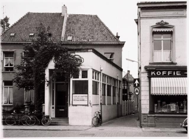 036201 - Stadhuisplein.    Monumentstraat Kantoor Bressers Metaal N.V. rechts kruidenier De Bruyn.