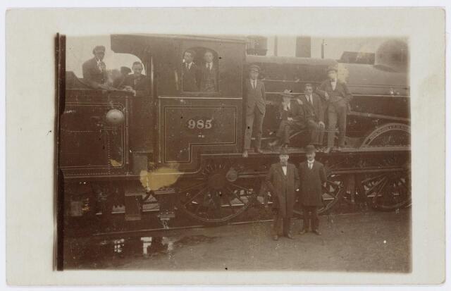 036944 - Spoorwegen, Centrale Werkplaats, Atelier, NS: Directeur en leerlingen van de Industrieschool ( leerlingstelsel) op 5 juni 1920.