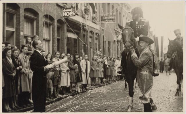 048989 - Festiviteiten te Tilburg b.g.v. het 50-jarig regeringsjubilé van Koningin Wilhelmina op 6 september 1948. Aankomst van koning Willem II bij de 'Vier Winden' aan de Bredaseweg ter hoogte van het oud Belgisch lijntje.  Verslag over deze festiviteiten met optocht staat in het Nieuwsblad van dinsdag 7 september 1948. Aanbieding van een oorkonde aan Willem II.