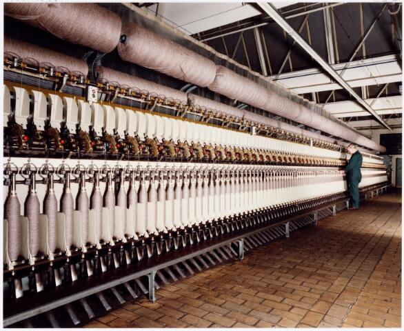037971 - Textiel. Ringspinmachine in de spinnerij van C. Mommers & Co.