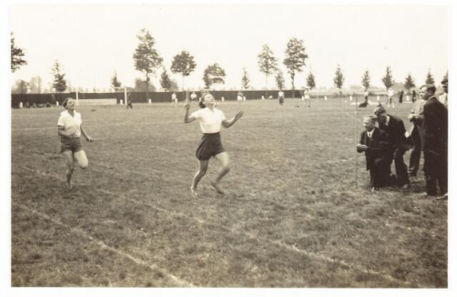 """052851 - Volt sport atletiek ca. 1935. Zoals rechts te zien is """"klokte"""" men de tijden met enkele personen met de hand. Volt atletiek fuseerde in 1974 met atletiek Kunst & Kracht en heet sindsdien Attila. Attila staat voor ATletiek TILburg Aaneen. De locatie is onbekend."""
