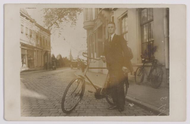 043961 - Zomerstraat. Op de voorgrond met fiets P.F. van der Aa, horlogemaker aan de Korvelseweg 102.