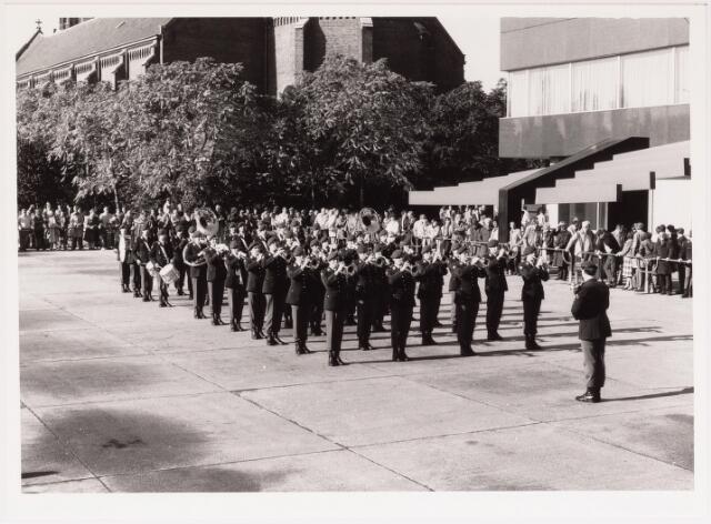 043244 - Het tamboercorps van Garderegiment Prinses Irene geeft optreden op het paleisplein b.g.v. Tilburg 40 jaar bevrijd op 27 oct. 1984.