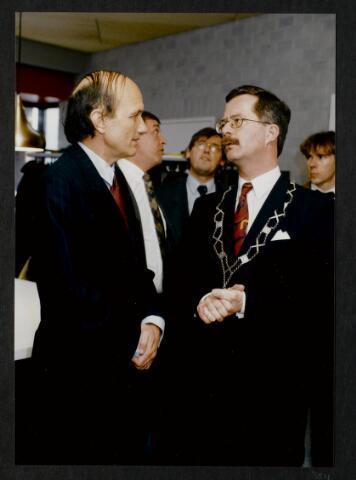 """91266 - Made en Drimmelen. De commissaris van de Koningin in Noord-Brabant (1987-2003) de heer Houben in gesprek met de heer J. Elzinga, burgemeester van Made (1990-1997) in het zojuist officieel geopende Sociaal Cultureel Centrum """"De Mayboom"""" in Made."""