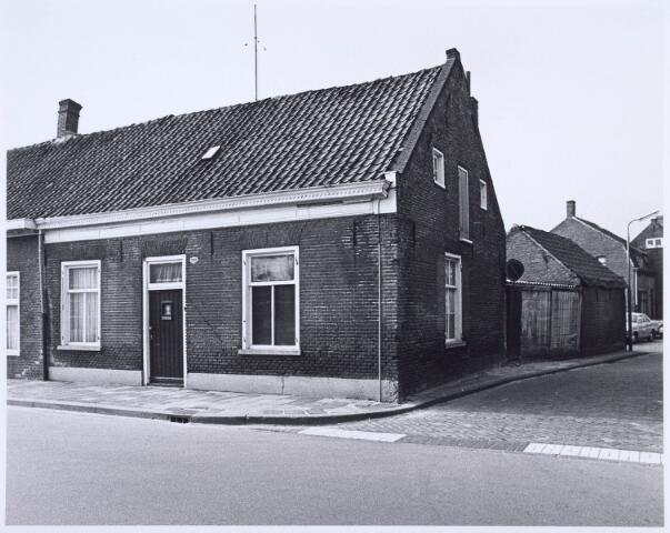 020577 - Pand Hasseltstraat 211 begin 1976. Rechts de Van Bijlandtstraat