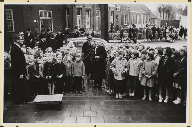 072881 - Afscheid burgemeester J.H. Bardoel.  Aankomst op gemeentehuis van echtpaar Bardoel- Schreppers. Links: G. Klomberg, C.v. Bommel-v. Dommelen. Achteraan: J.v. Gils (raadslid), A.v.Gils, C.Freijse.