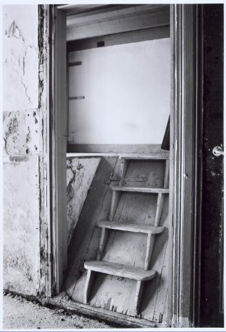 020454 - Restauratie van de wevershuisjes op de hoek Hasseltstraat - Van Hogendorpstraat in 1986. Hier het trapje naar de opkamer