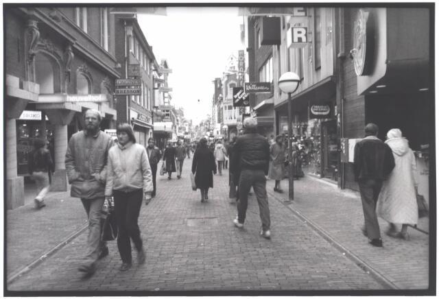 021970 - Heuvelstraat in de richting van de Heuvel. Links de ingang tot Heuvelhof, een complex met verscheidene winkels