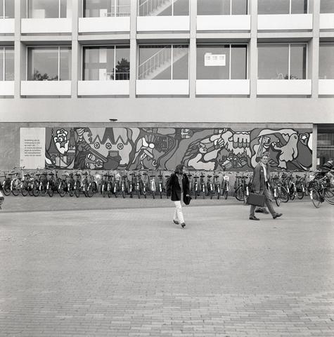 """D-00418 - 'Zes jaar onderdrukking en verzet in Chili 1973-1979' (Chileense schilderbrigade """"Ramona Parra"""" 1979) Warandalaan 2 (Voorgevel gebouw B Tilburg University)"""