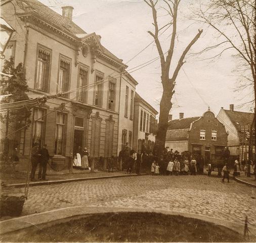 653502 - Straatbeeld. Een boom wordt gekapt voor het huis van textielfasbrikant Diepen - v.d. Vorst. De boom stond op de driesprong met de Korvelseweg (rechtsachter), de Diepenstraat (achter de boom) en het Korvelplein. (Origineel is een stereofoto.)