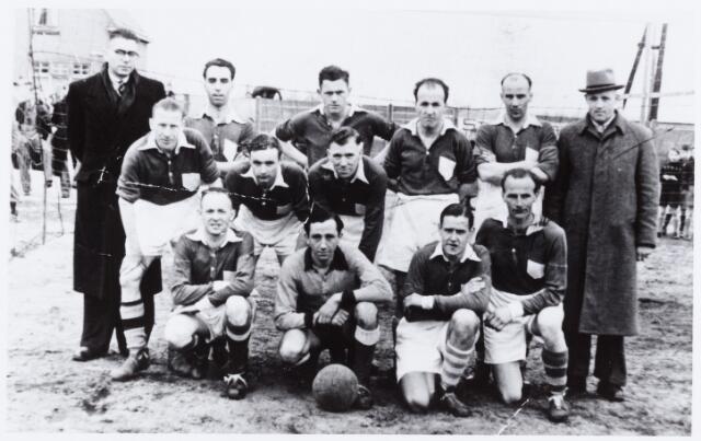 054087 - Sport. Voetbal. Broekhoven. In 1948 werd K.S.Broekhoven afdelingskampioen met het volgende elftal. Zittend v.l.n.r. van Korven, J.Jongen, Jos.van Gerwen en Mart Paulussen. Volgende rijen v.l.n.r.: B.Errardus, Jo Spanings, J.v.d.Vliet, Jan Cools, T. Wouters, van Ierlandt, W.Vissers, Paul Frits en Wouters.