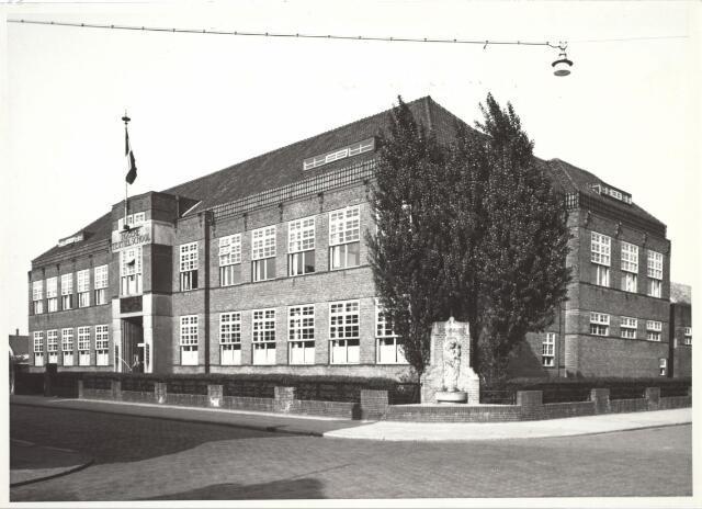 027096 - Hogere Textielschool, voorheen Lange Schijfstraat, thans Noordhoekring 180-182, frontaanzicht. Mariabeeld van Lucas van Hoek.