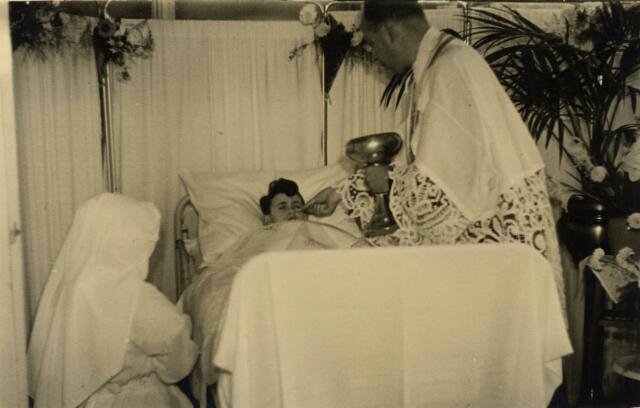602595 - Toediening van de (Eerste?) Heilige Communie van ziek jongetje door priester.  (zie ook fotonr 602631)