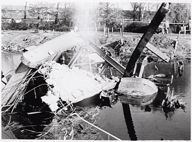 012325 - WO2 ; WOII ; Tweede Wereldoorlog. Vernielingen. De door de Duitsers bij hun terugtocht vernielde ophaalbrug bij de Enschotsestraat. Links op de achtergrond de steenfabriek van Stevens.