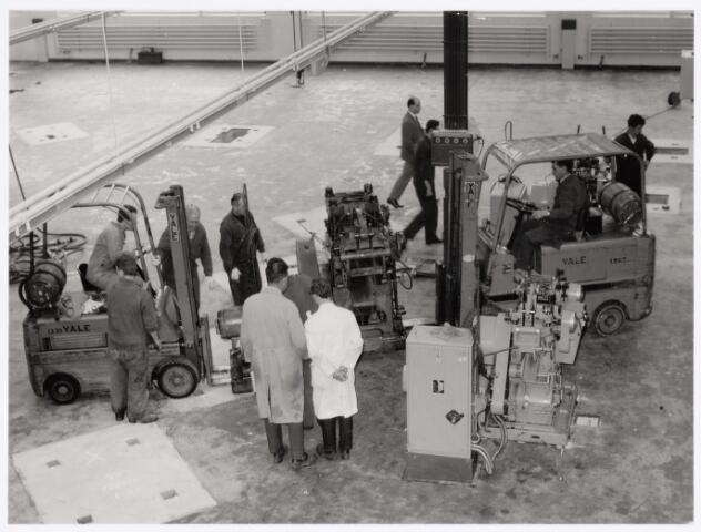 039029 - Volt. Productie of fabricage. Metaalwaren, onderdelen. Verhuizing van zuid naar noord in 1979. Op de voorgrond met donkere stofjas Dhr. Jos Verelst, baas in die afdeling.