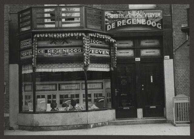 071886 - Een filaal van stoomververij en chemische wasserij De Regenboog aan de Laan van Meerdervoort 492 te Den Haag. De foto is afkomstig uit een album dat werd gemaakt en aangeboden naar aanleiding van het 40-jarig jubileum van textielfabriek De Regenboog van de firma Janssen en Bierens uit Tilburg op 2 december 1930.