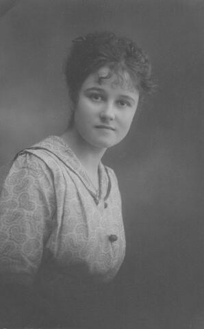 064470 - Maria Wilhelmina van Son-Donders geboren te Tilburg op  2 december 1898, aldaar overleden op 19 maart 1992.