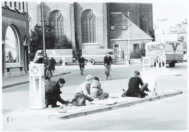 052063 - Hoger Voortgezet Onderwijs. R.K. Leergangen. Academie voor Beeldende en Bouwende Kunsten der R.K. Leergangen. Opleiding van tekenleraren van de R.K. Leergangen. Schetsen op straat met zicht op de markt.