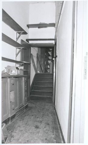 027746 - Oude Markt 8. Apotheek Bijvoet. Achterbouw. Verdieping met doorzicht naar kamer boven tussenverdieping. Vóór de trap rechtsaf: deur keukentje annex laboratorium. Detailopname