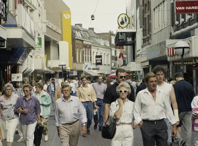TLB023000096_001 - Winkelend publiek in de Heuvelstraat. Foto ter promotie van Tilburg als studentenstad en t.b.v. Onderwijsexpositie.
