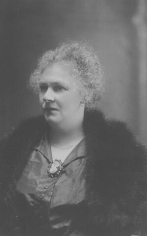 064442 - Wilhelmina Hendriks, geboren te Tilburg op 1 mei 1874, dochter van Martinus Hendriks en Wilhelmina Kuijten, getrouwd met Ludovicus Hubertus Maria Donders. Zij overleed te Tilburg op 29 augustus 1936.