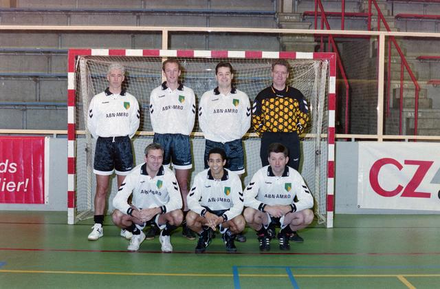 1237_001_029-2_012 - Sport. Voetbal. Willem II. Teamfoto voor een goal tijdens een zaalvoetbal competitie op 3 januari 1999.