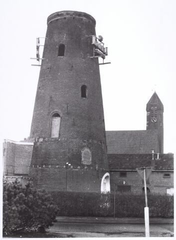 016586 - Restant van de molen van de meelfabriek Schraven - Eijsbouts, met daarachter de kerk van de parochie Broekhoven II