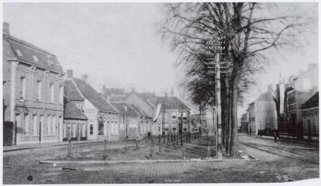 020971 - Noordzijde van de Heuvel met oude veemarkt in 1902. Vanwege de vlaggen is de foto waarschijnlijk gemaakt op koninginnedag