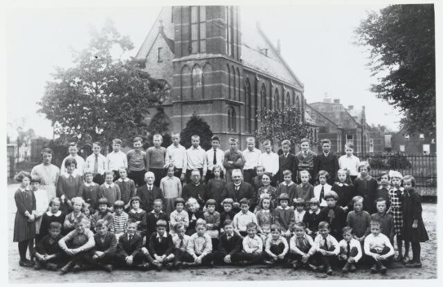 055923 - Basisonderwijs.  Klassenfoto lagere school in 1933 te Esbeek. Op de 1e rij v.l.n.r. Nilliske van Raak, Van Rijswijk, Jan van Raak, N.N., N.N., Piet Hesselmans, Jo Wezenberg, N.N., Jo van Raak, N.N., Sjaak de Graaf, Wijten, N.N. en Gerrit Kuijpers. 2e rij v.l.n.r. staande Miet van Raak, Sjaan Rosch, verder zittend: Net van Gerwen, Miet Mol, N.N., N.N., N.N., Miet de Graaf, Herman Koolie, Riek van Raak, N.N., N.N., N.N., Jantje Schellekens, N.N., N.N., N.N., Dina Wijten, Liebregts en Liebregts. Derde rij v.l.n.r.: Marie Hendriks, Cor Broeckx, Riet van Raak, Fien Hamers, Anna de Graaf, meester Smolders, Ria van Rijn, pastoor Houben, Joke Schilders, meester Lauwers, Mien de Bruin, Greta Lauwers, Miet van Lieshout, Anna van Lieshout, Leentje Bekkers, Dien v.d. Biggelaar, Sus Rademakers, Sjaan van Raak,, Dinie Slik en N.N. Op de laatste rij v.l.n.r. Janus van Dommelen, Jan de Graaf, N.N., Kees Maas, N.N., Wim van Lieshout, N.N., Coob de Kort, Tom Mol, Janus van Lieshout, N.N. Wout Maas, Reindert Maille, Jac de Graaf en Sjaak Rosch