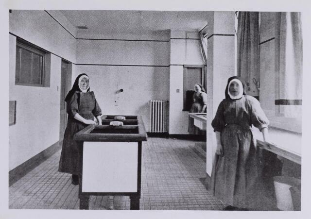 041691 - Elisabethziekenhuis. Gezondheidszorg. Ziekenhuizen. Zusters van Liefde, werkzaam in de groentespoelkeuken St. Elisabethziekenhuis