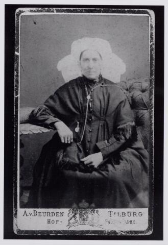 043825 - Onbekende vrouw in de klederdracht van Tilburg en omgeving. (reproductie; origineel niet in collectie aanwezig)
