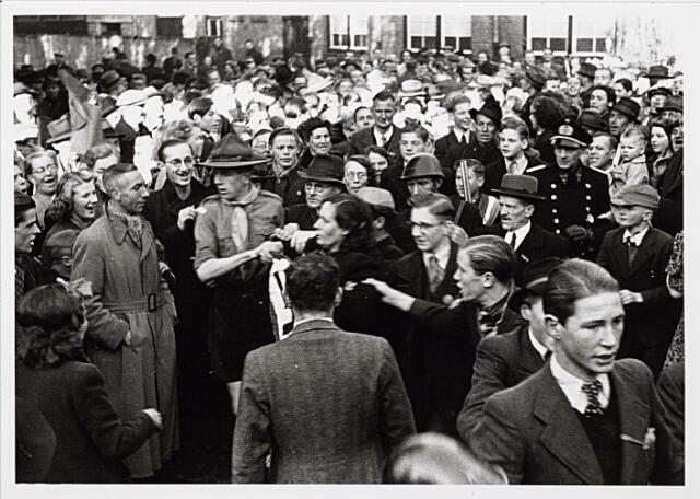 012313 - WO2 ; WOII ; Tweede Wereldoorlog. Een gearresteerde 'moffenmeid' wordt nabij de Raadhuisstraat belaagd door een woedende menigte