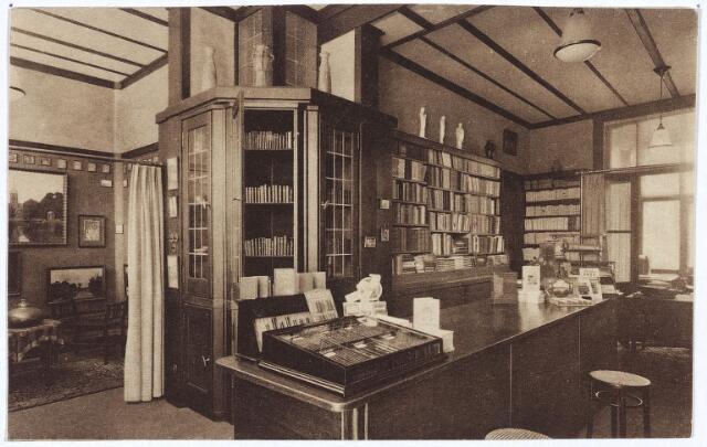 002590 - Interieur boek- en kunsthandel Triborch aan de Stationsstraat 31.