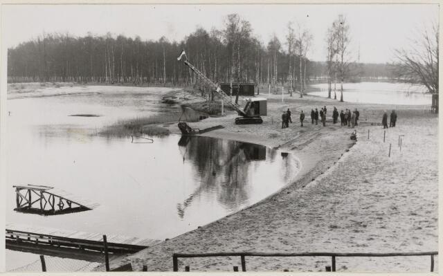 100936 - Zwembad. Aanleg van sport- en natuurbad Surae.  Wethouder van Dijk schept de eerste grond weg.