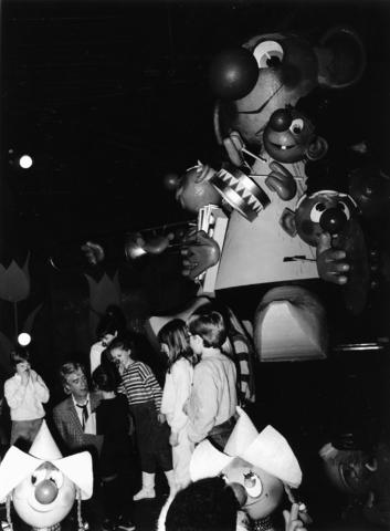 1238_F0266 - De Efteling. Rudi Carrell met een aantal kinderen in Carnaval Festival.