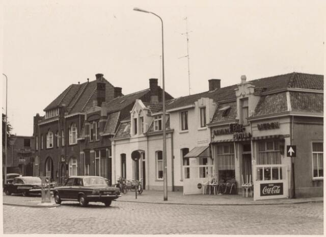 021521 - Prinses (later Koningin) Julianastraat begin september 1967. Op de hoek met de Jan Aartestraat het bekende café Damrak.