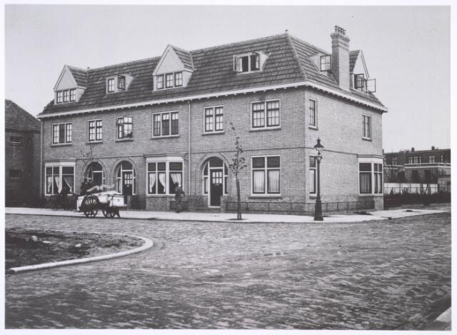 018896 - Drie panden aan de Gerard van Swietenstraat, gebouwd in 1924. Opdrachtgevers waren L.M. Bots en J.W. Lippits en architect was A.J. Prinsenberg