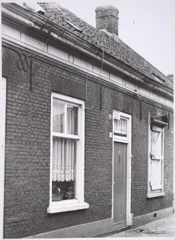 024949 - Pand Laagstraat 4 eind juli 1971. Het huis was toen onbewoonbaar verklaard (zie bord boven de deur)