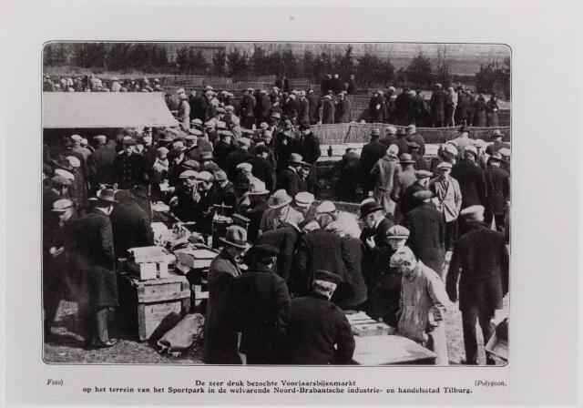 040702 - Opening eerste Bijenmarkt gehouden op het Gem. Sportpark op 20 september 1928 door burgemeester mr.dr. F.L.G.Z.M. Vonk de Both.