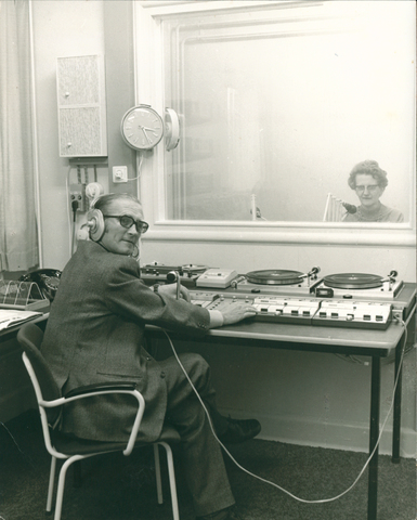 654221 - Elisabethziekenhuis. Gezondheidszorg. Radio Elisabeth met oprichter Jan Jaspers en omroepster zuster Lidwina.Zij verzorgden jarenlang diverse programma's via de draadomroep