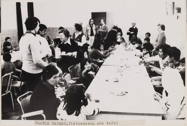 084926 - Vietnamezen aan tafel