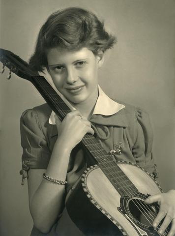 """602389 - Portret. """"Elly"""". Meisje met gitaar, door Focus bekroonde foto gemaakt door frater Adolf Laurijssen met een Rolleiflex."""